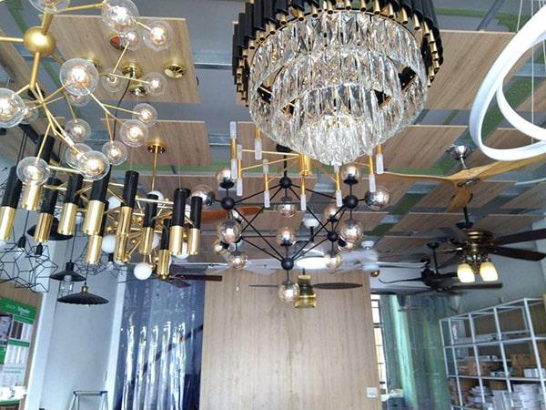Ở không gian phòng khách thì ngoài những chiếc đèn tuýp led để cung cấp ánh sáng cần thiết cho mọi người trong nhà