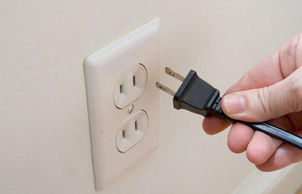 Rút nguồn điện của thiết bị điện tử khi không sử dụng